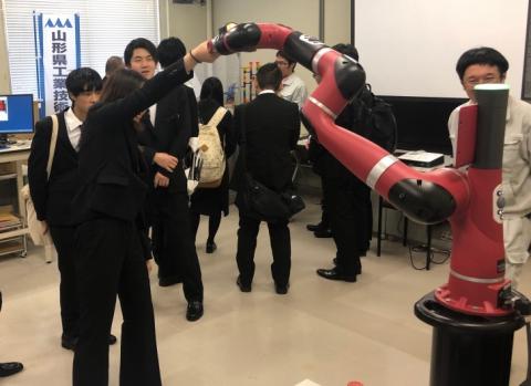 1年生がロボット見学ツアーに参加しました。(電子情報科)